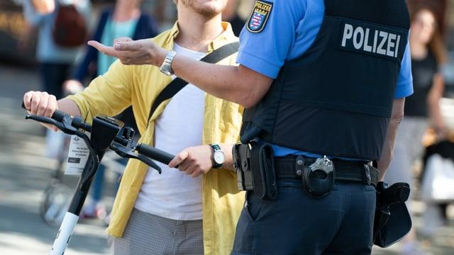 Deutscher Polizist spricht mit Passanten