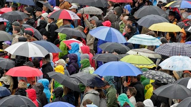 Regenschirme zur Landsgemeinde wie 2012? Laut SRF Meteo könnte es in diesem Jahr freundlicher werden.