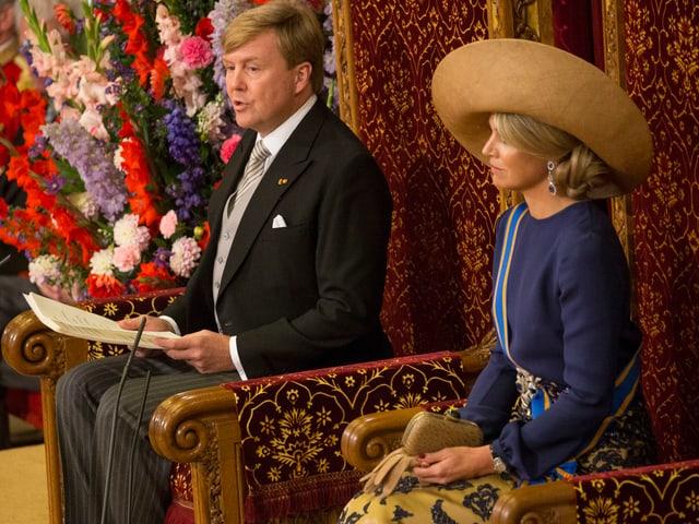 König Willem-Alexander und Gattin Máxima auf dem Thron sitzend.