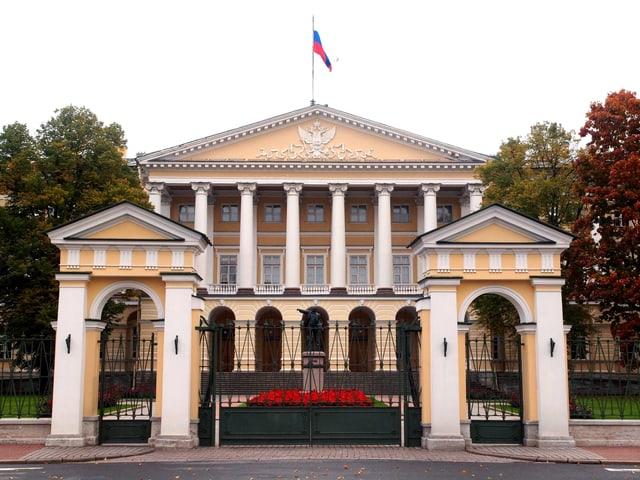 Smolny-Komplex in Sankt Petersburg: Das gelb-weisse gebäude ist symmetrisch.