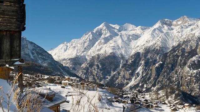 Das Dorf Grächen mit Bergen im Hintergrund im Winter.