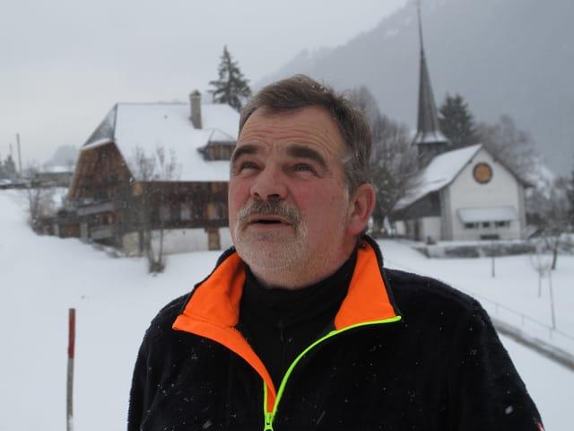 Ulrich Friedli blickt zum Himmel: Hagelwolken gibt es im Winter nicht.