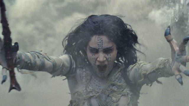 Die Mumie breitet ihre Arme zum Fluch aus.
