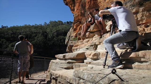 Sergio Cassini filmt Sven bei einem Interview vom Felsen aus