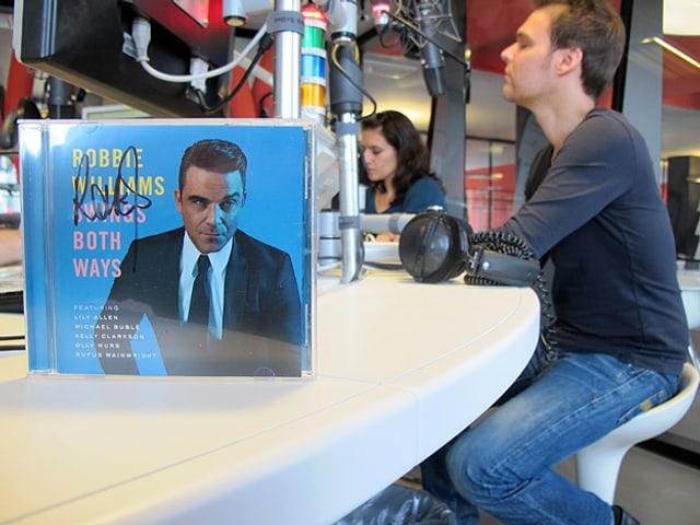 Robbie Williams-CD im Studio.