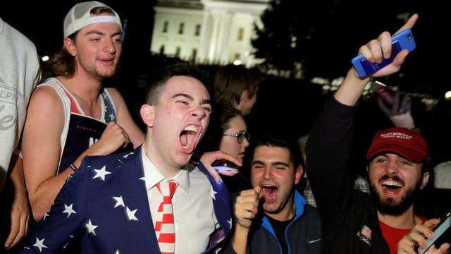 Junge Supporter von Donald Trump jubeln.