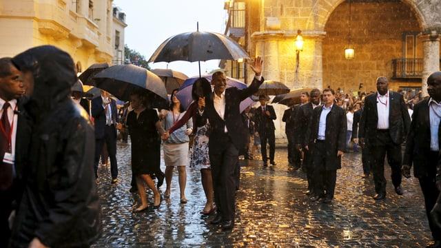 Obama und seine Entourgae in der Altstadt von Havanna. (reuters)