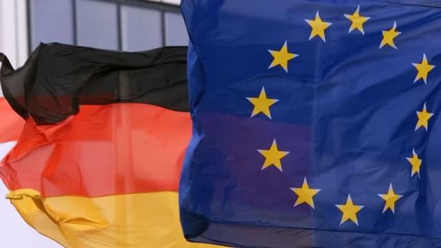 Deutsche und EU-Flagge wehen im Wind.