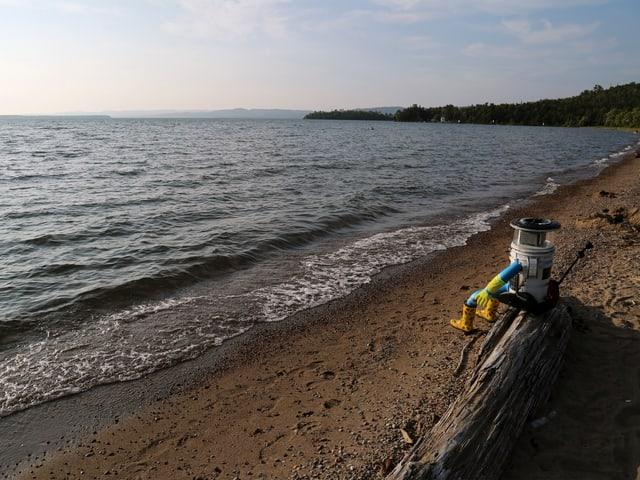Der Hitchbot schaut auf den Lake Superior.