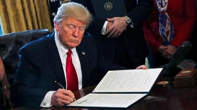 Donald Trump suttascriva in da numerus decrets, tranter auter er quel per schluccar las reglas per las bancas.