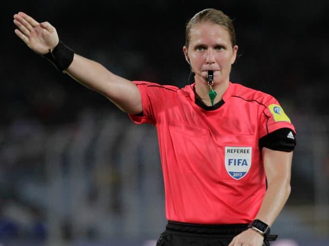 Schiedsrichterin Esther Staubli.