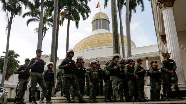 Soldaten vor dem Parlamentsgebäude.