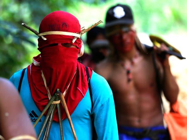 Krieger der Ka'apor-Indianer im brasilianischen Bundesstaat Maranhão auf dem Weg zu einem Wilderer-Camp.