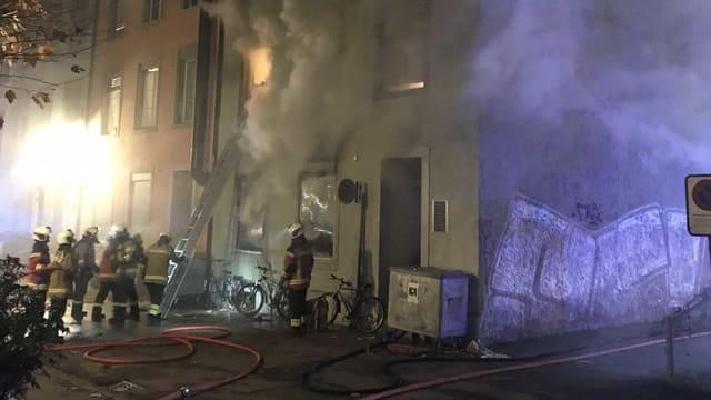 Feuerwehrleute beim Brand