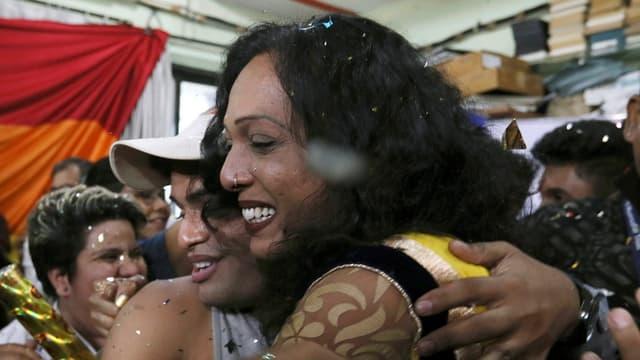 Ein lesbisches Paar in Indien umarmt sich nach dem  Gerichtsentscheid.