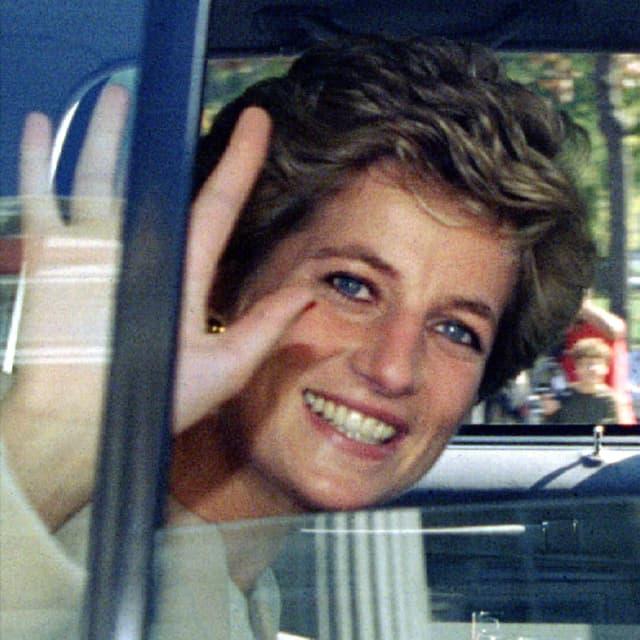 Lady Diana aus einem Auto schauend, lächelnd am Winken.