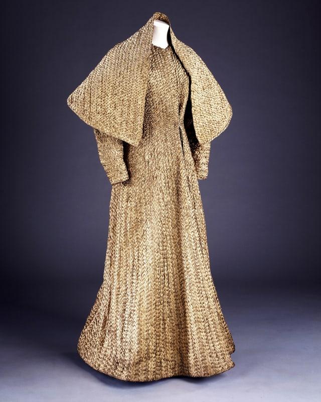 Abendkleid geflochen aus Goldbändern.