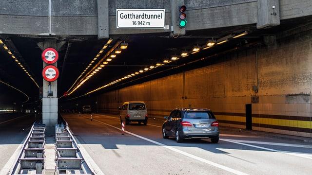 Eingang zum Gotthard-Strassentunnel. Zwei Fahrzeuge unterwegs hinein.