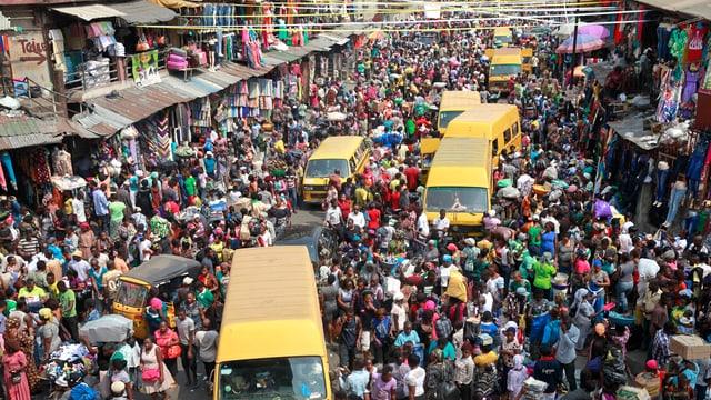 Ein heillos überfüllter Markt in Lagos.