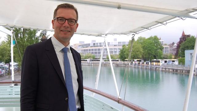 Stadtpräsident auf einem Schiff auf der Aare.