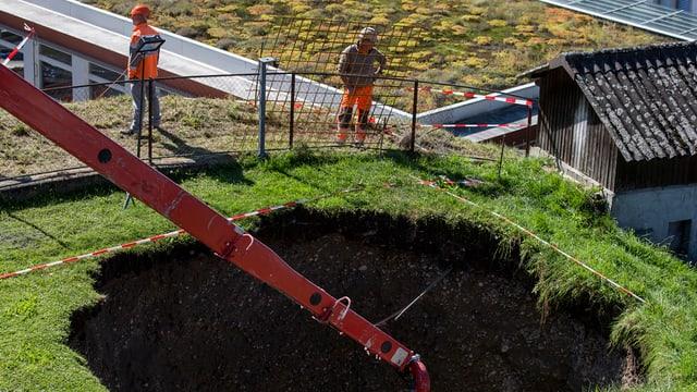 Loch im Boden bei einer Baustelle.