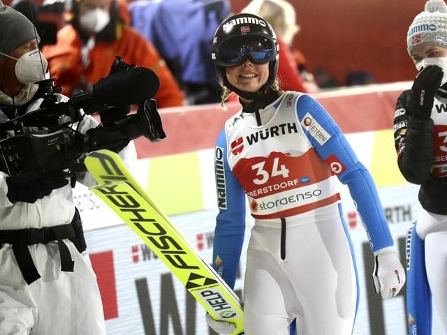 Skispringerin Maren Lundby jubelt