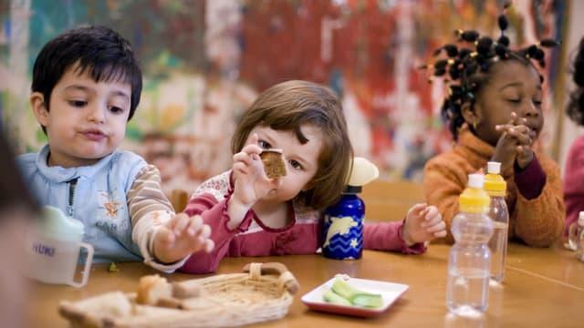 Kleinkinder in einem Kinderhort.
