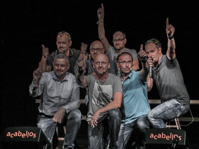 La gruppa Acabellos en duas retschas che fan in segl encunter il public.