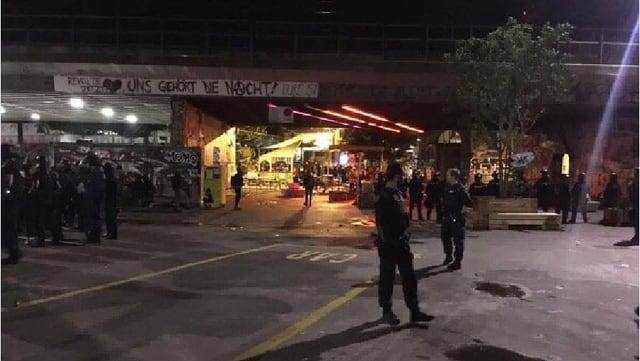 Polizisten auf dem Vorplatz