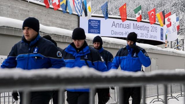 Schweizer Polizisten vor dem Kongress-Zentrum.