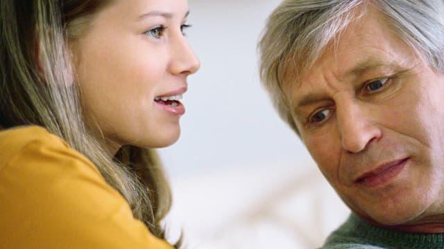 Tochter spricht, Vater hört zu.
