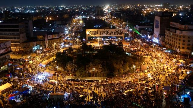 Tahrir fotografiert von oben, viele Lichter zu sehen.