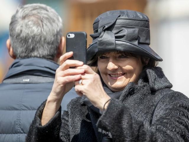 Ruth Metzler an der Landsgemeinde in Appenzell mit schwarzem Hut.