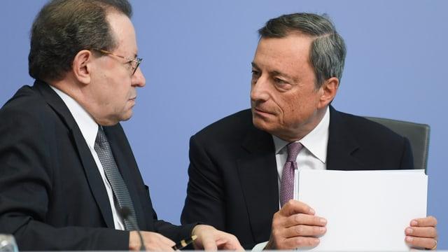 Draghi (rechts) und sein Stellvertreter Vitor Constancio bei der Medienkonferenz.
