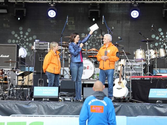 Zwei SRF1-Reporter auf der Bühne beim MDR-Fest.