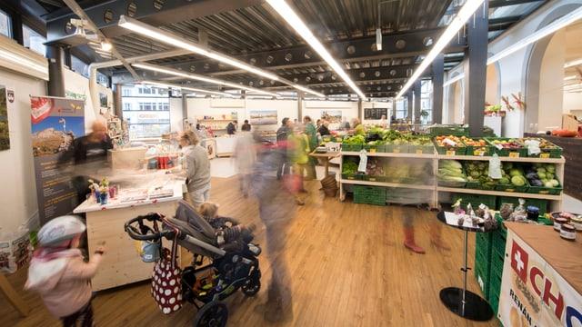 Markthalle mit Ständen, Auslagen und Kunden