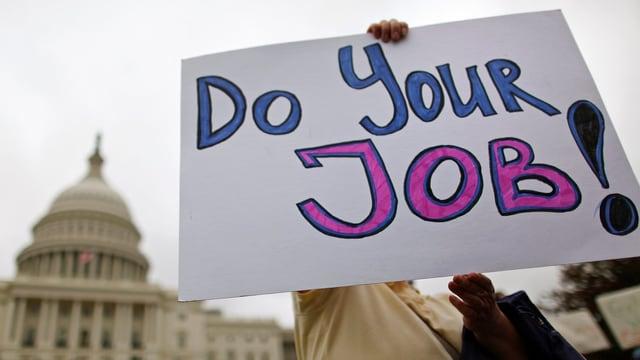 «Macht euren Job», steht auf dem Schild.