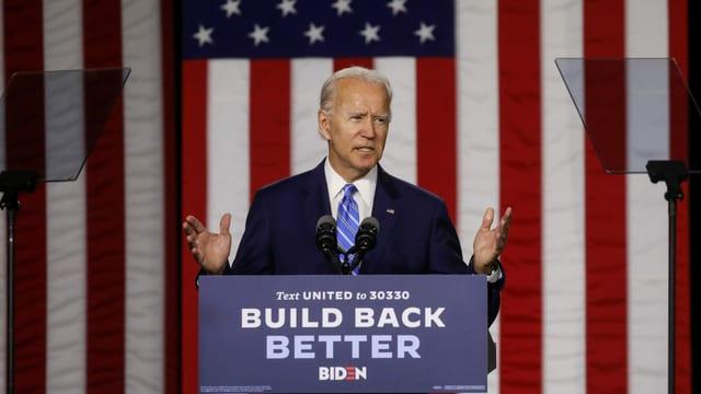 Joe Biden an einem Rednerpult vor einer USA-Flagge.