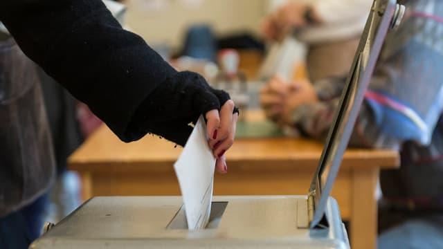 Ina urna da votaziuns.