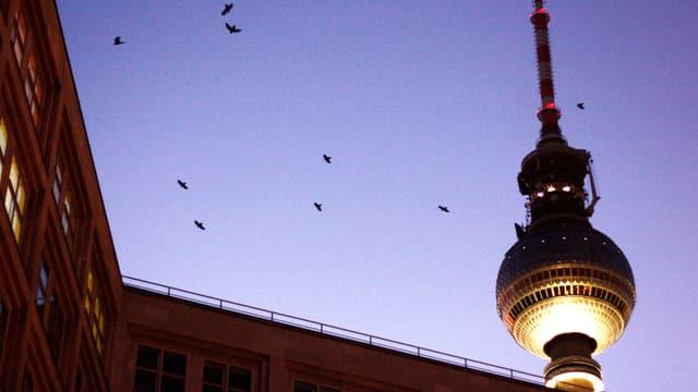 Die Spitze des Berliner Fernsehturms: Eine runde Kuppel, darauf ein Mast.