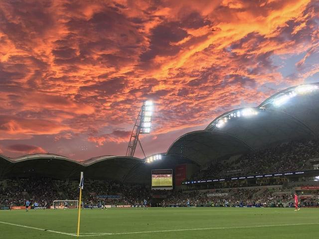 Stadion und roter Himmel