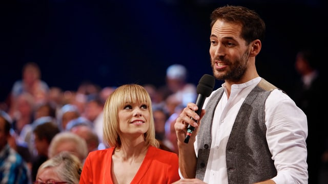 Francine Jordi ed Alexander Mazza, ils dus moderaturs da la Stadlshow.