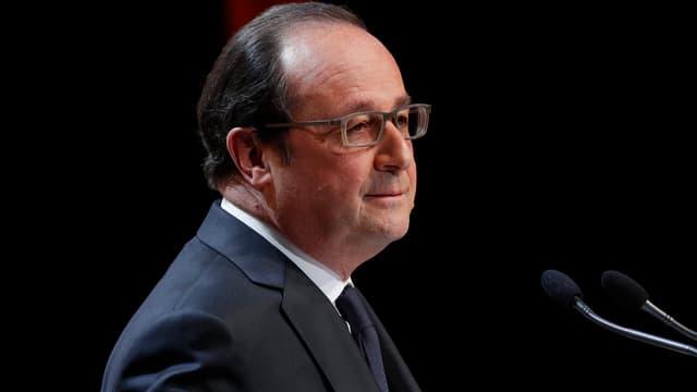 Hollande an einem Rednerpult.
