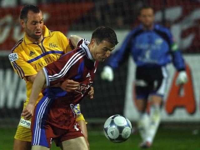 St. Gallens Marco Zwyssig (links) duelliert sich 2001 mit Torschütze Alex Frei. Im Hintergrund schaut FCSG-Keeper Jörg Stiel zu.