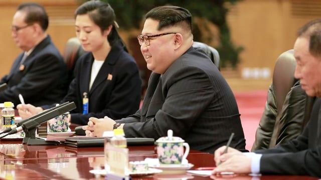 Kim Jong-un sitzt am Tisch.