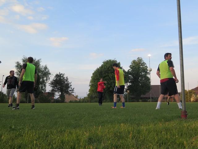 Männer am Korbball spielen