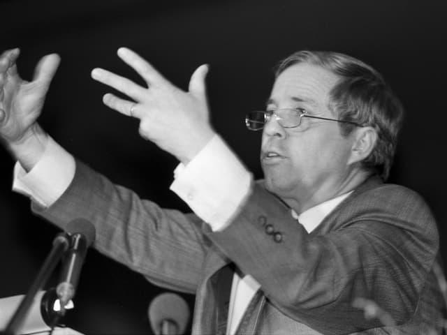 Politiker Christoph Blocher hält 1990 eine Rede.