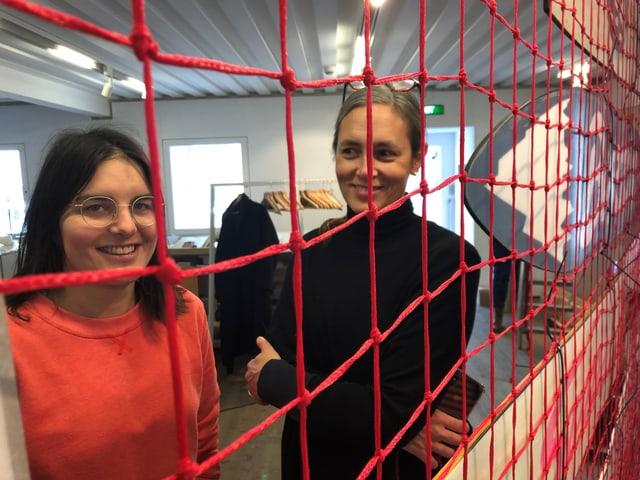 Zwei Frauen hinter einem Netz