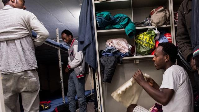 Eritreische Asylsuchende in der Zivilschutzanlage in Lumino (TI).