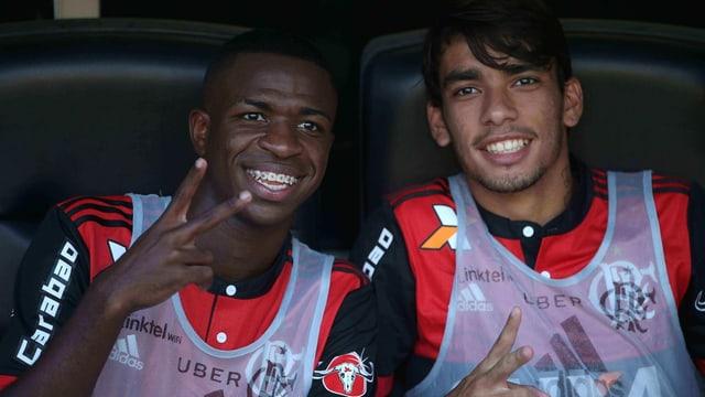 Vinicius junior lächelt mit Spange in die Kamera